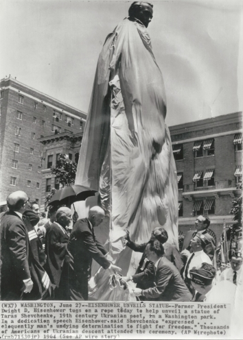 1964, June 27. CA. Washington, District of Columbia. EISENHOWER UNVEILS STATUE. Former US President Eisenhower unveils the statue of Taras Shevchenko, Ukrainian poet and artist and freedom fighter. Thousands of Americans of Ukrainian descent attended the ceremony. (Front)