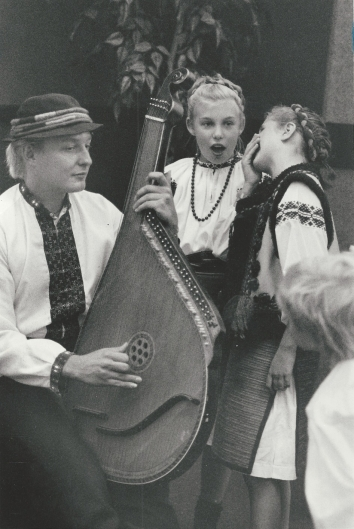 1990, August 22. DA. Chicago, Illinois. Striking the Right Chord. With Michael Ostrowskyj playing the bandura, the official national instrument, Ukrainian Cultural Center students prepare to perform at National Security Bank, 1030 W. Chicago Avenue. Tribune photo by Frank Hannes (Front)