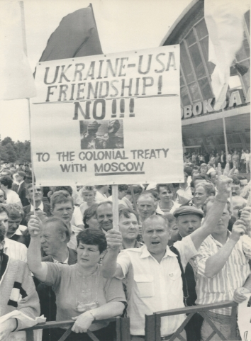 1991, August 1. DA. Kyiv, Ukraine. PRO-INDEPENDENCE DEMONSTRATIONS during President Bush's visit. AP LaserPhoto by Alexander Zemliankhenko (Front)