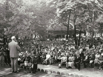 1952, August 24. AA. Chicago, Illinois. Senator Dirksen speaking for 10,000 Ukrainian Americans at annual Ukrainian day picnic. Tribune Photo (Front)