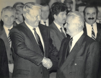 1991, December 30. PA. Minsk, Belarus. YELTSIN AND KRAVCHUK. AP LaserPhoto (Front)