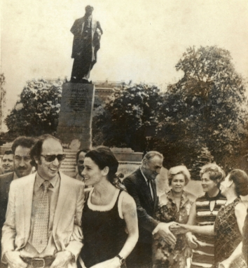 1971, May 21. CA. Kyiv, Soviet Ukraine. SIGHTSEEING IN KYIV - Canadian Prime Minister Pierre Trudeau, left, walks arm-in-arm with his wife, Margaret, Friday near the Shevchenko Monument in Kyiv. AP Wirephoto (Front)