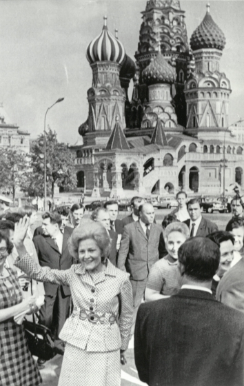 1972, May 24. DA. Moscow, Soviet Russia. RED SQUARE - Mrs. Pat Nixon waves as she walks through Red Square. AP Wirephoto (Front)