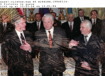 1994, January 13. CA. Moscow, Russia. Russian President Boris Yeltsin (center), Ukrainian President Leonid Kravchuk (right) and U.S. President Bill Clinton (left). REUTERS Photo by Rick Wilking (Front)