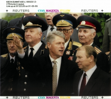 1995, May 12. DA. Kyiv, Ukraine. CIS-UKRAINE-SUMMIT - Ukrainian President Leonid Kuchma (right) and U.S. President Clinton (center) take part in the wreath laying ceremony at the Tomb of the Unknown Soldier in Kyiv on May 12. Clinton came to Kyiv for a two-day visit and yesterday signed several agreements with Kuchma on cooperation between two states. REUTERS Photo by Jim Bourg (Front)