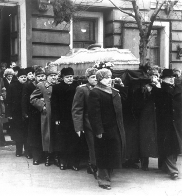 1953, March 9. DA. Moscow, Soviet Russia. PALLBEARERS CARRIED STALIN'S CASKET FROM HOUSE OF UNIONS TO RED SQUARE. From left, Shvernik, Kaganovich, Bulganin, Molotov, V. I. Stalin, Malenkov and Beria on right. UPI Photo (Front)