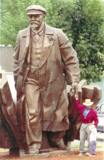 1995, June 5. FA. Seattle, Washington. LENIN STATUE in a neighborhood of Seattle. AP Photo by Robert Sorbo (Front)