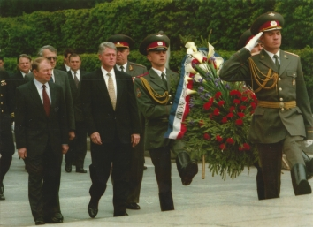 1995, May 12. CA. Kyiv, Ukraine. President Bill Clinton, center left, and President Leonid Kuchma, left, approach the Tomb of the Unknown Soldier. AP Photo by Scott Applewhite (Front)