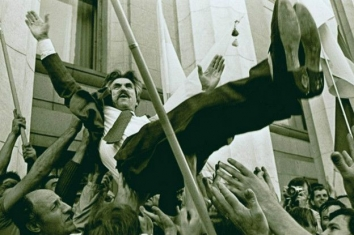 1991, August 24. IA. Kyiv, Ukraine. Ukrainian dissident Levko Lukyanenko, one of the authors of the Declaration of Independence of Ukraine, was lifted in the air in front of Verkhovna Rada after proclaiming of Independence. UNIAN Photo