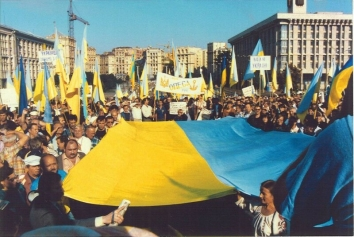 1991, August 24. KA. Kyiv, Ukraine. Ukrainian Patriots welcoming Declaration of Independence in the Square of Independence. Photo by Anatoly Sapronyenkov