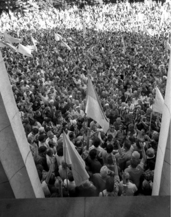 1991, August 24. JA. Kyiv, Ukraine. Rally in front of Verkhovna Rada, during the extraordinary sessions, when the Declaration of Independence was adopted. Photo by UKRINFORM