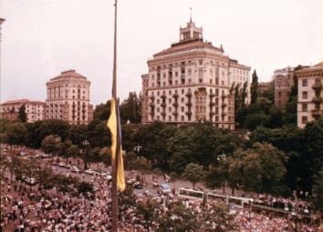 1991, August 24. KB. Kyiv, Ukraine. Raising of the National Flag in Khreshchatyk Street in front of the Kyiv City Council