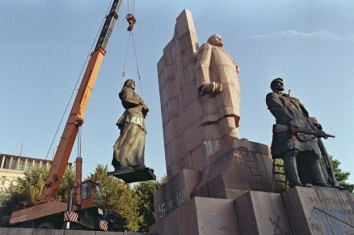 "1991, August 26. MB. Kyiv, Ukraine. ""Hangman"". Disassembling of the Lenin monument in the Square of the October Revolution (now Independence Square). The white writing with the arrow pointing at Lenin says ""Hangman"" in Ukrainian. AFP Photo"