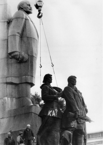 "1991, August 26. MA. Kyiv, Ukraine. ""Hangman"". Disassembling of the Lenin monument in the Square of the October Revolution (now Independence Square). UKRINFORM Photo"