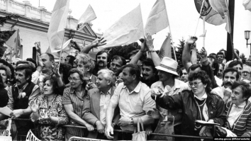 1990, July 16. CB. Kyiv, Ukraine. Rally in front of Verkhovna Rada during the vote on the Declaration of the State Sovereignty of Ukraine. Ukrainian Institute of National Memory Photo