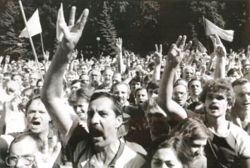 1991, August 28. NA. Kyiv, Ukraine. Thousands of pro-independence demonstrators rally in central Kyiv 28 August flashing the trident sign, emblem of Ukraine. AFP Photo by Anatoly Sapronyenkov (Front)
