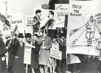 1953, February 23. AA. New York, New York. Anti-soviet pickets fill area near pier 2/23, protesting arrival on liner Queen Mary of Soviet Minister Andrei Vishinsky. The Russian diplomat is here for the opening session of the UN General Assembly. United Press Telephoto (Front)