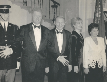 1994, November 22. DA. Washington, District of Columbia. President and Mrs. Clinton escort Ukraine President and Mrs. Kuchma to a State Dinner at the White House Tuesday, November 22, 1994. AP Photo (Front)